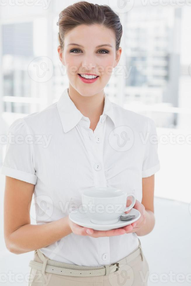 Geschäftsfrau, die eine Tasse hält foto