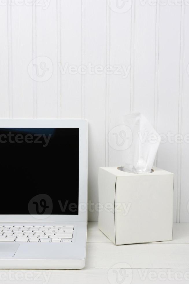 weißer Schreibtisch mit weißer Taschentuchbox foto