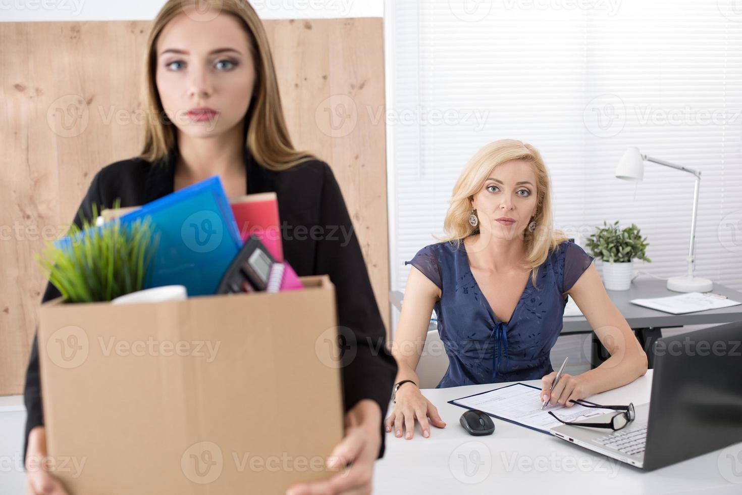 Chef, der einen Angestellten entlässt. gefeuertes Konzept. foto