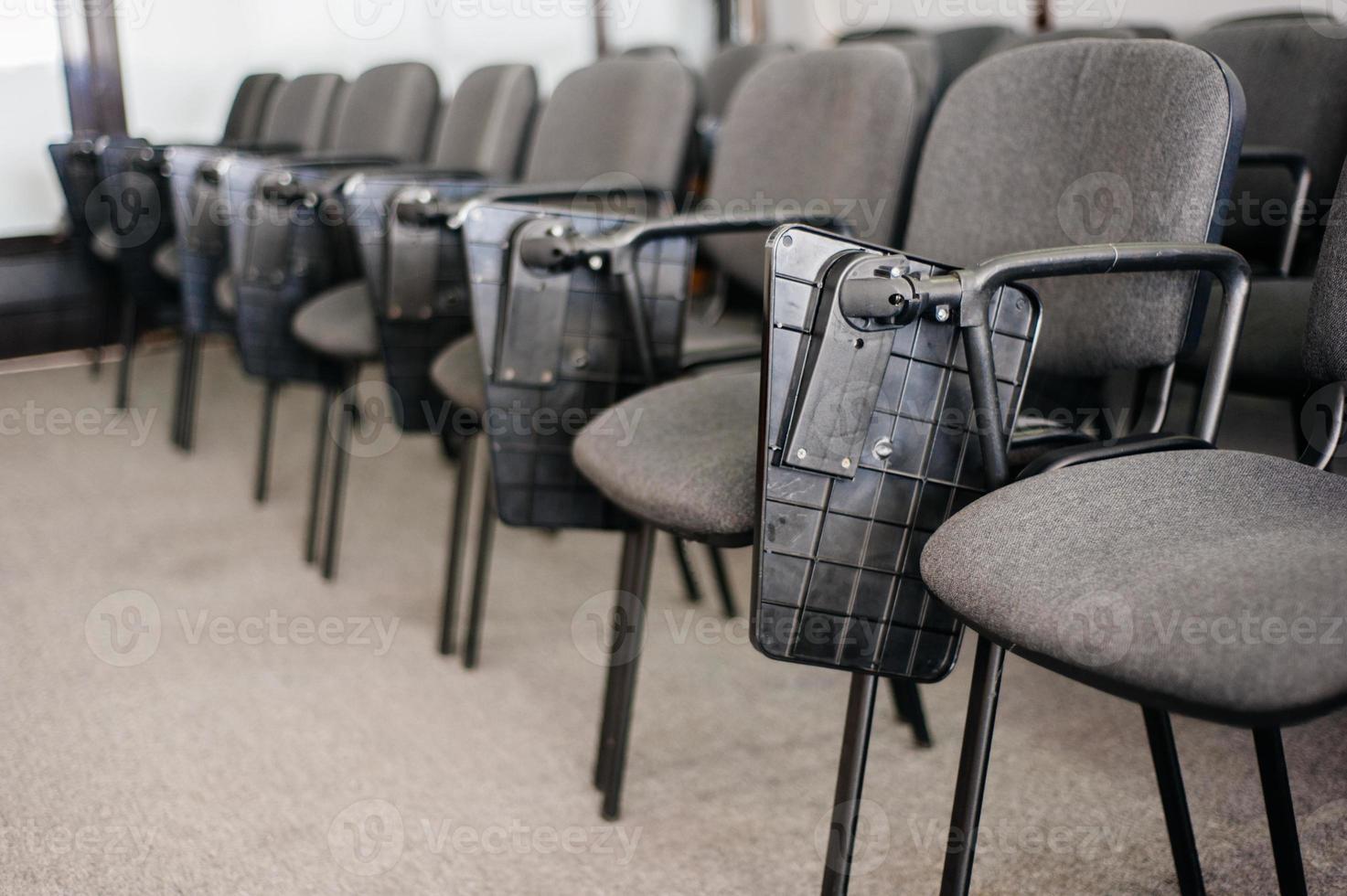 Stuhlreihe in der Konferenz der Universität foto