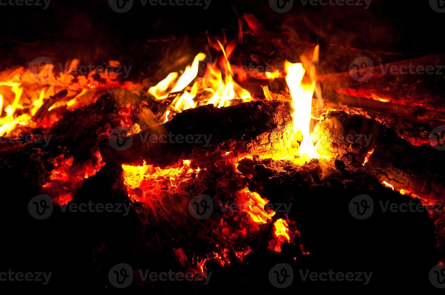 gelbes Lagerfeuer mit Holzofen foto