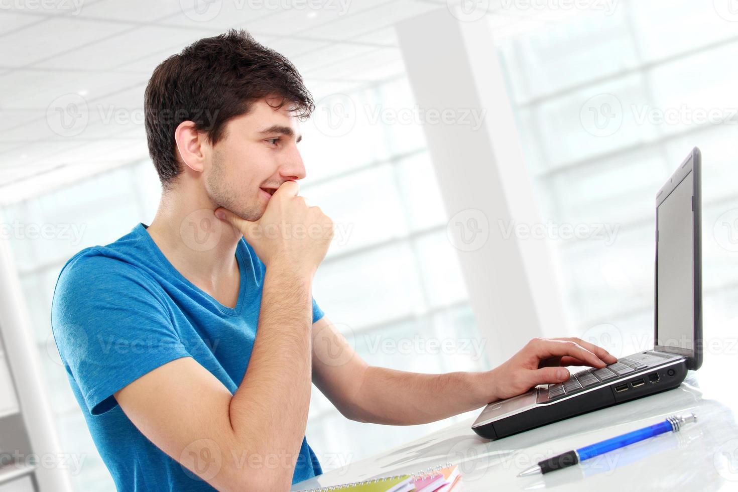 Student mit seinem Laptop foto