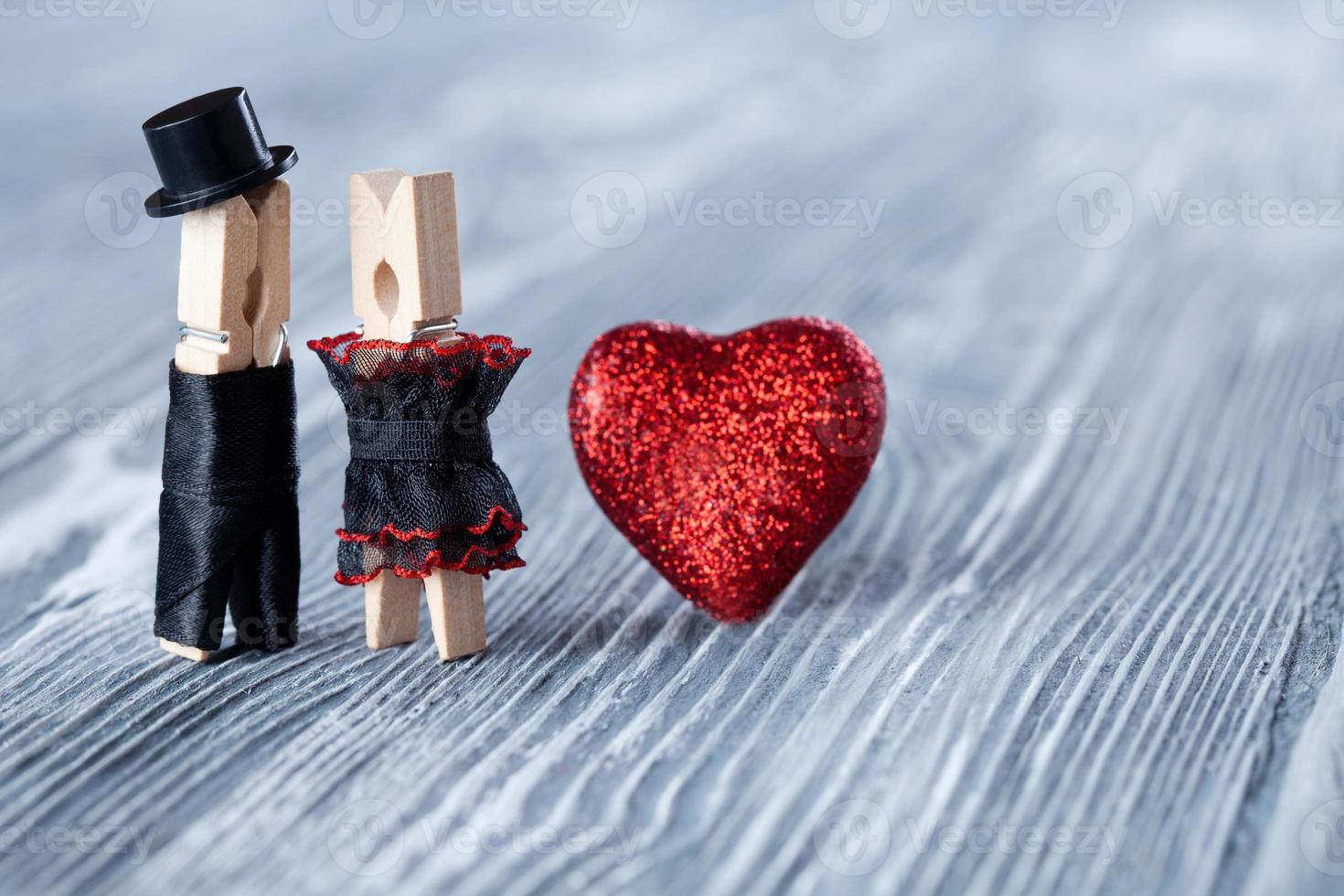 romantisches Paar. Hochzeitseinladung. Mann, Frau und Herz lesen. foto