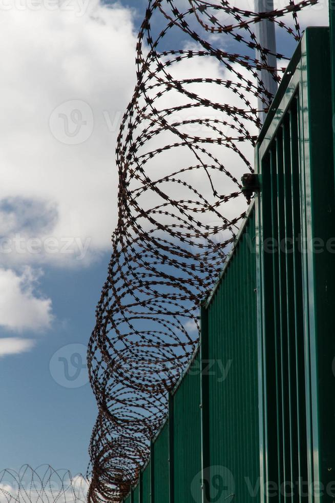 Stacheldraht auf grünem Zaun Französisch Fährterminal. foto