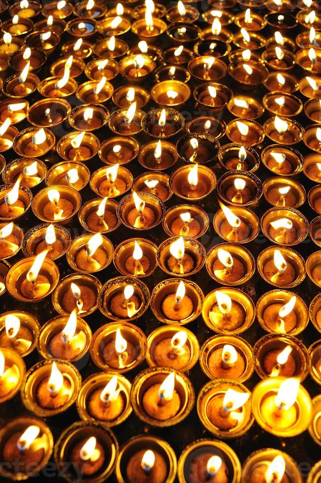Kerzen im Tempel in Kathmandu, Nepal foto