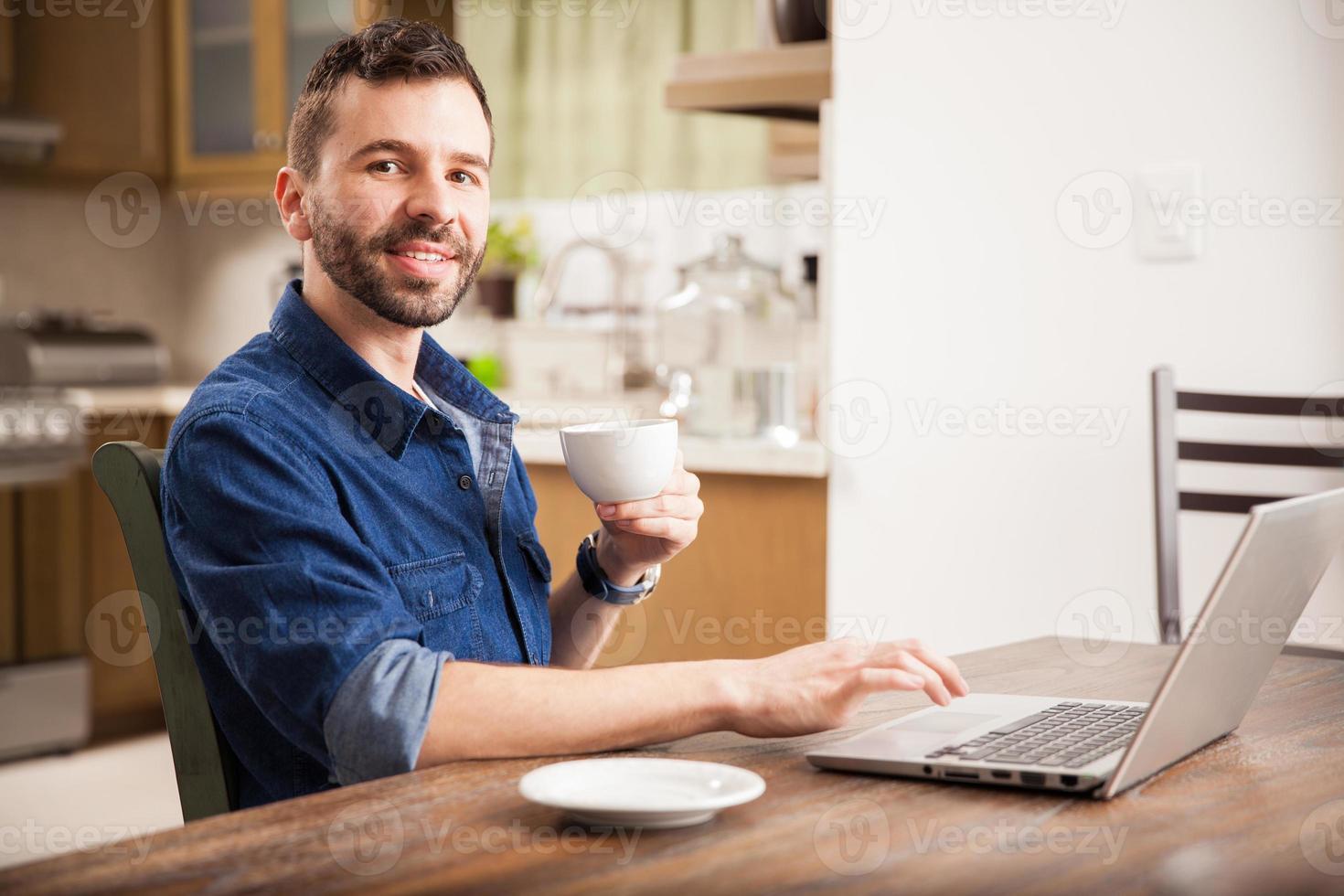 glücklicher Mann, der von zu Hause aus arbeitet foto