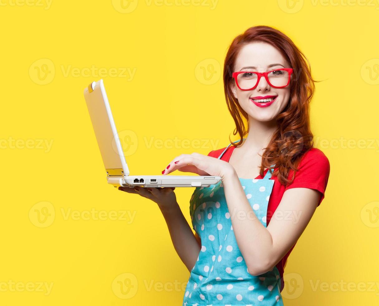 Hausfrau in Gläsern mit Computer foto
