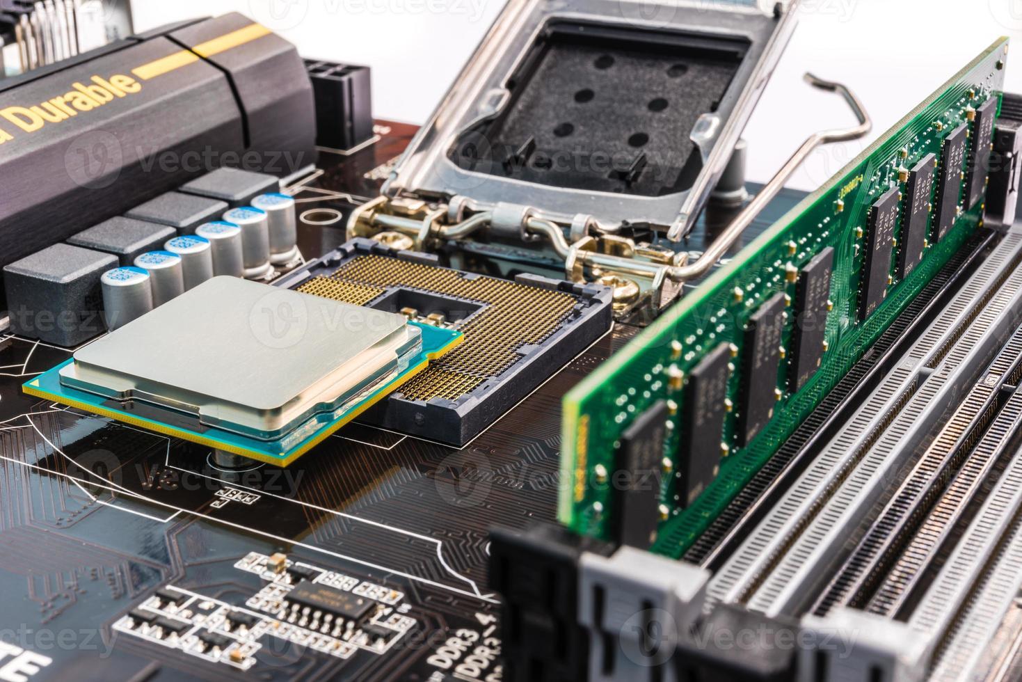 Installation von Computerspeicher und Prozessor foto