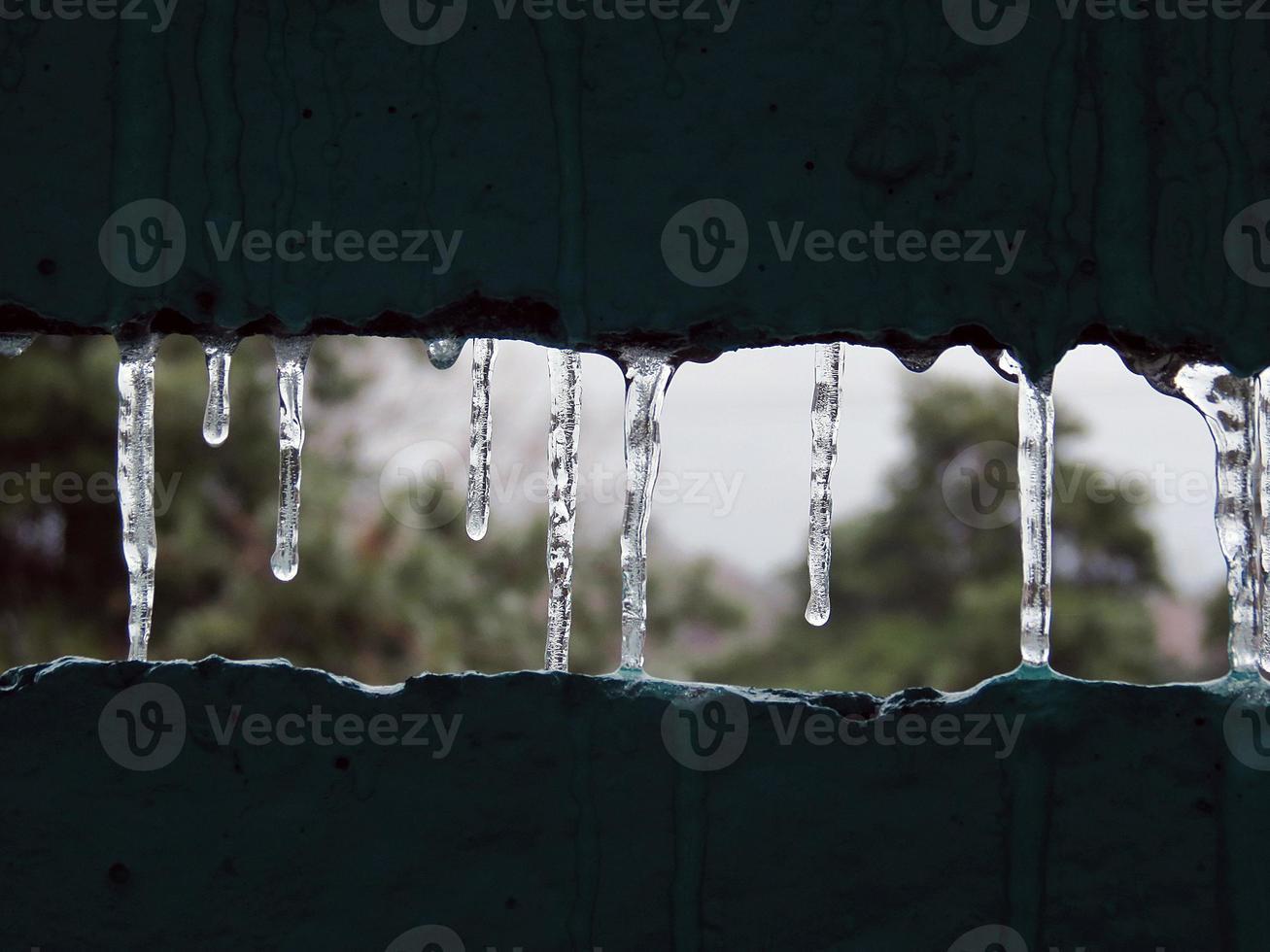 Eiszapfen auf dem Balkon des gefrorenen Winters foto
