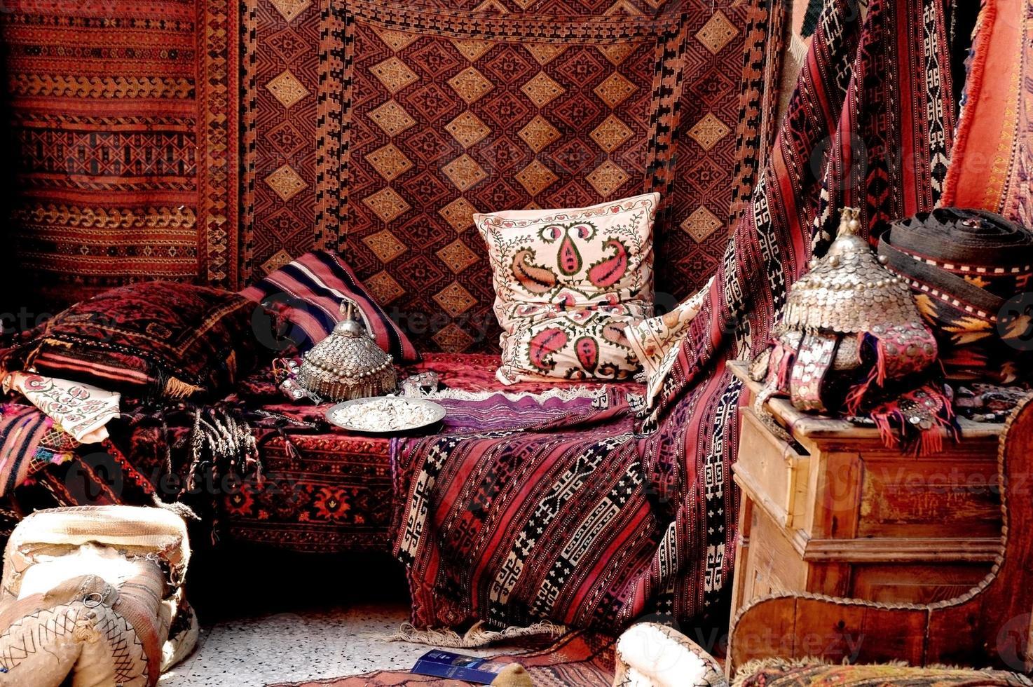 Ein wunderschöner Blick in einen türkischen Teppichladen auf einem Basar foto