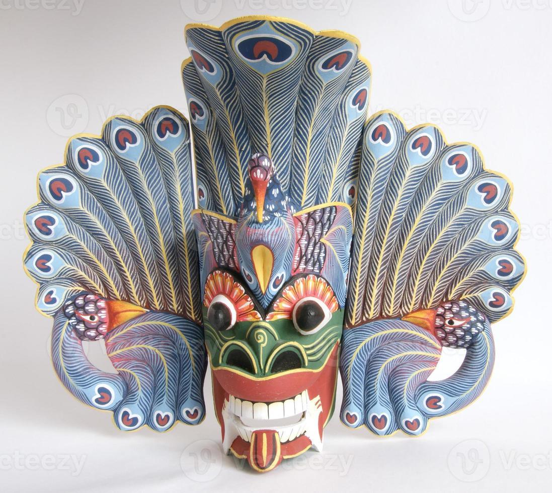 traditionelles indonesisches (balinesisches) Masken-Andenken von einem Baum auf weißem Hintergrund foto