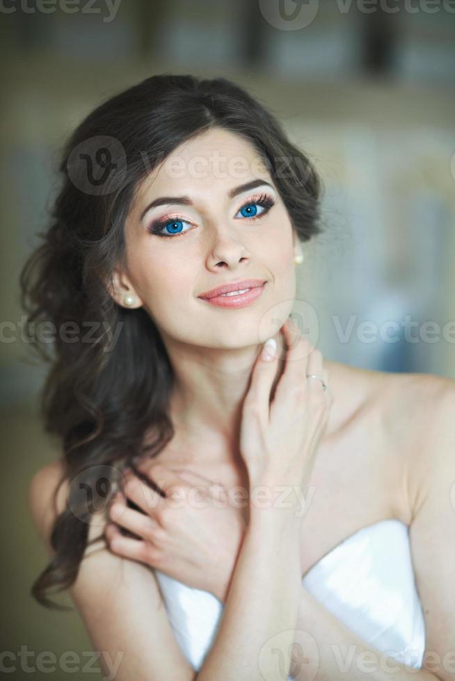 Hochzeitsgefühle der jungen glücklichen Braut. foto