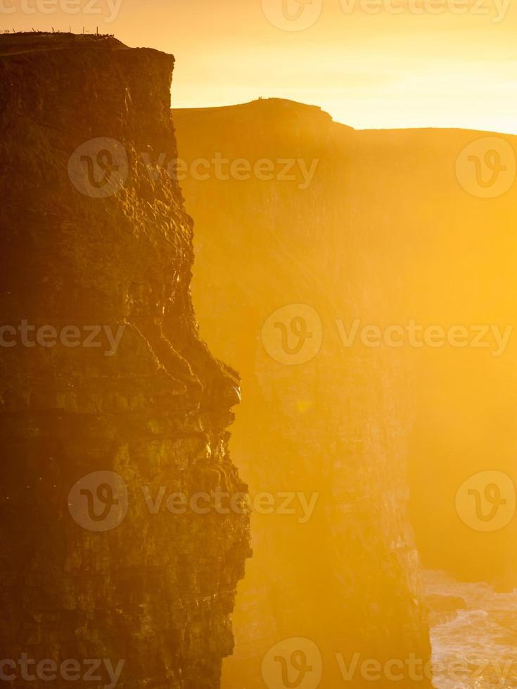 Klippen von Moher bei Sonnenuntergang in co. clare irland europa. foto