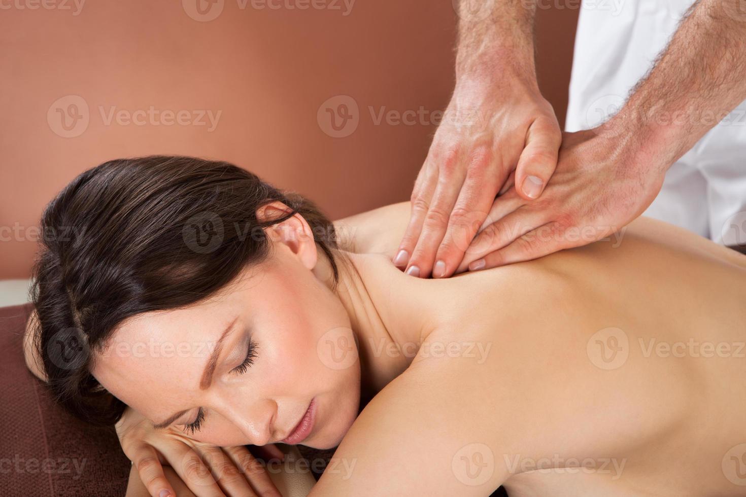 Frau erhält Rückenmassage im Spa foto