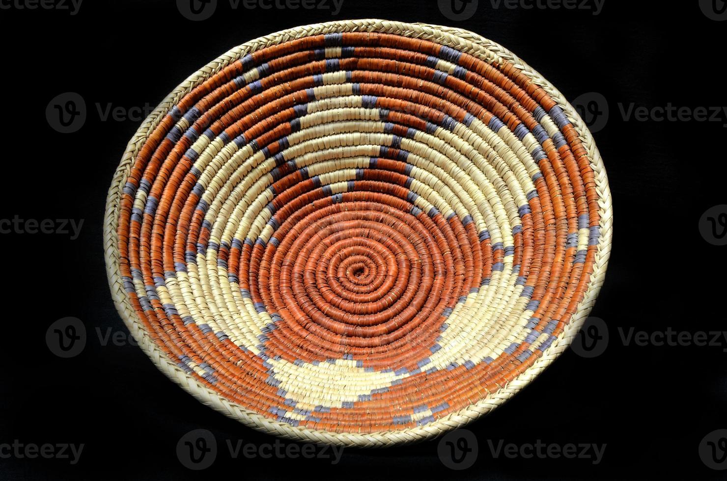 indianischer Korb der amerikanischen Ureinwohner mit einem schwarzen Hintergrund foto