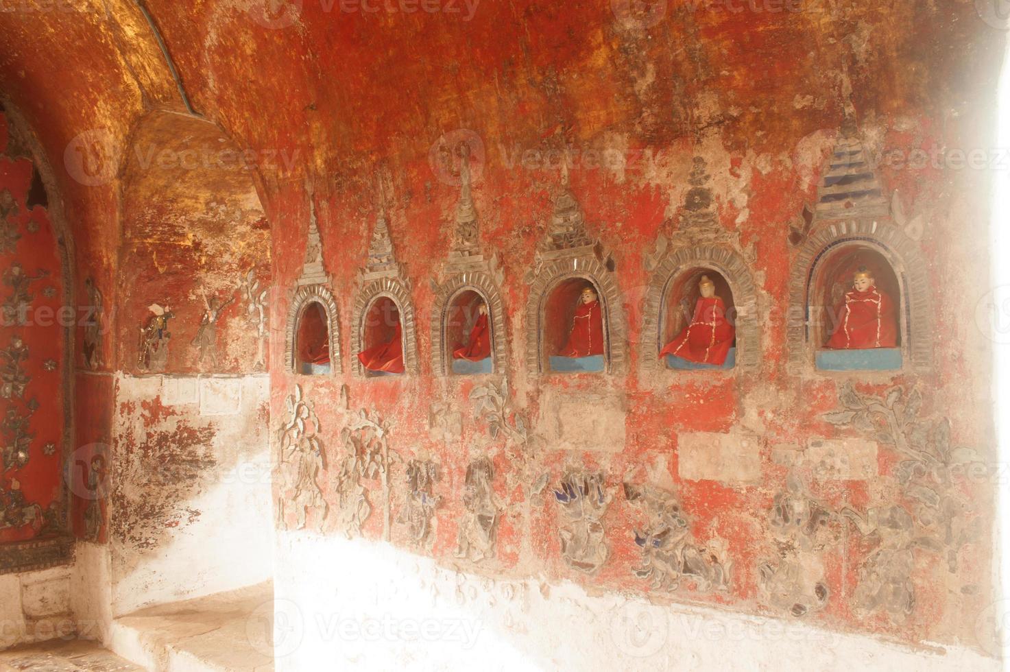 Buddha in der Nische ist die Wandpagode des Tempels, Myanmar. foto