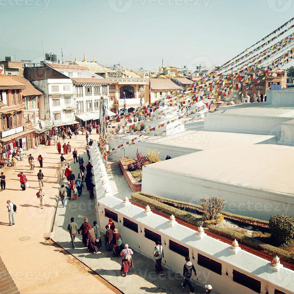 Pilger und Touristen, die um Boudha Stupa herumlaufen - Retro-Effekt. foto