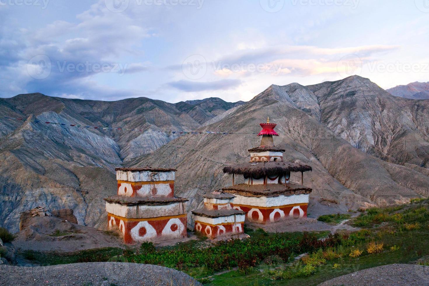 alte bon stupa in dolpo, nepal foto
