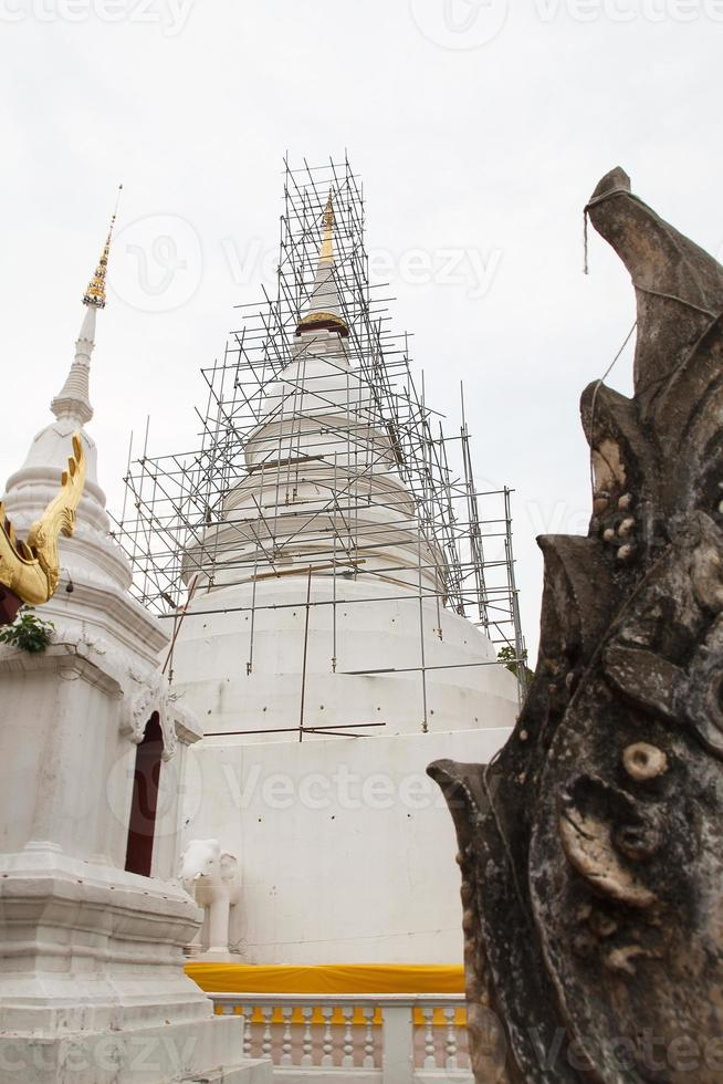 weiße Pagode im Tempel foto