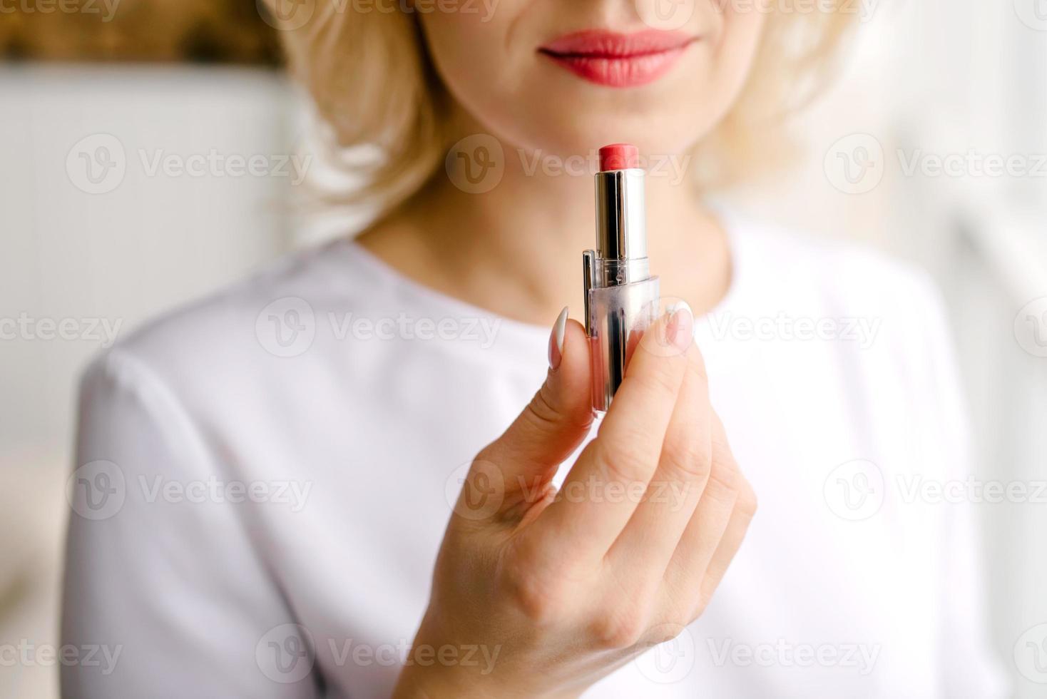 Lippenstift zum Malen der Lippen foto