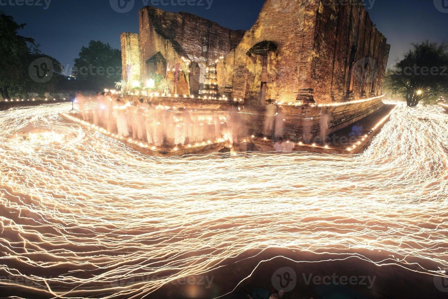 Kerzenlichtspur der Buddhismuszeremonie foto