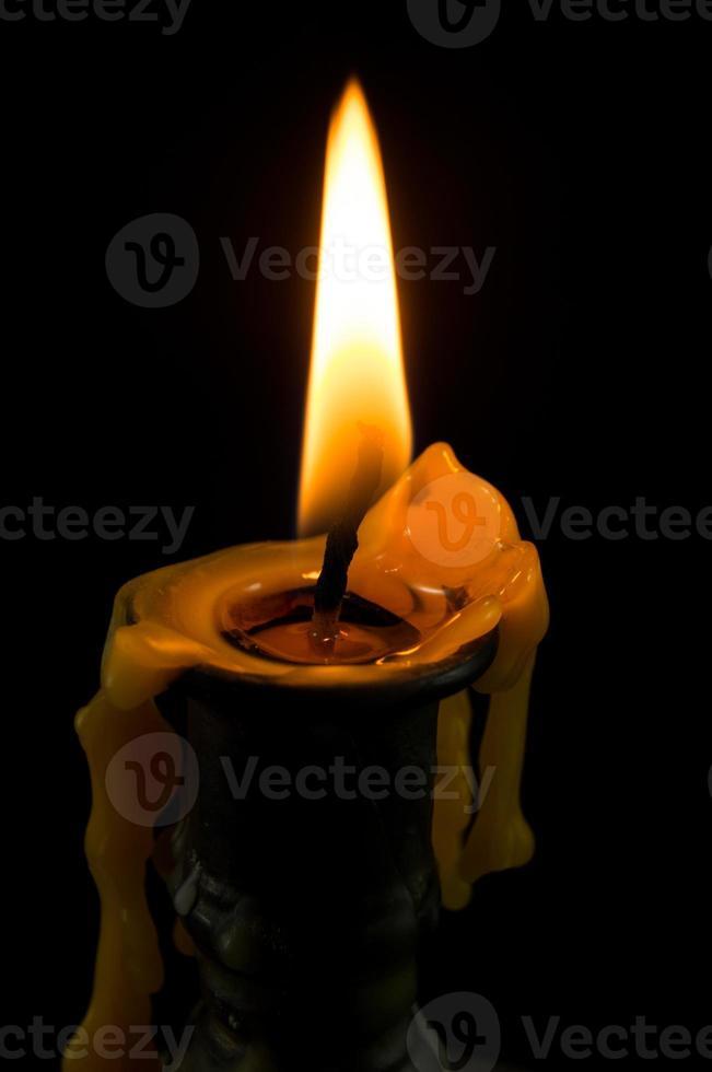 Kerzenhalter aus Messing auf schwarzem Hintergrund foto