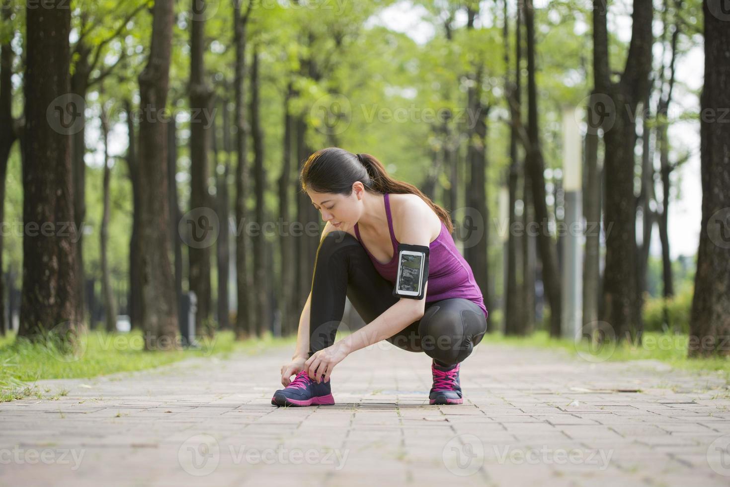 asiatische junge Frau Läufer binden Schnürsenkel gesunden Lebensstil foto