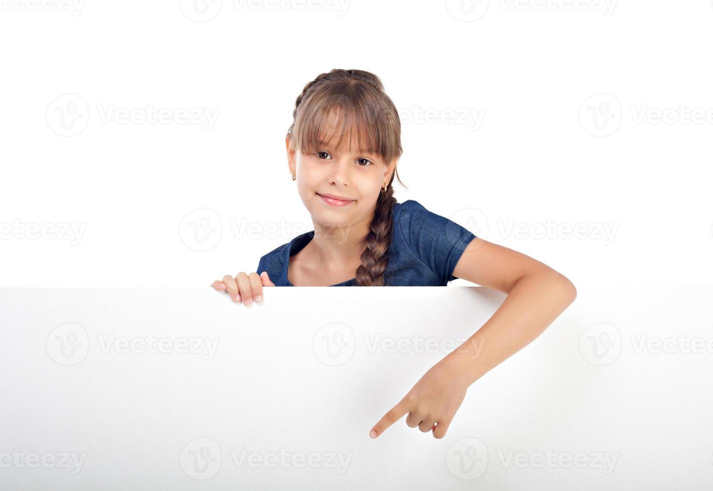 süßes kaukasisches Mädchen mit leerem Brett foto