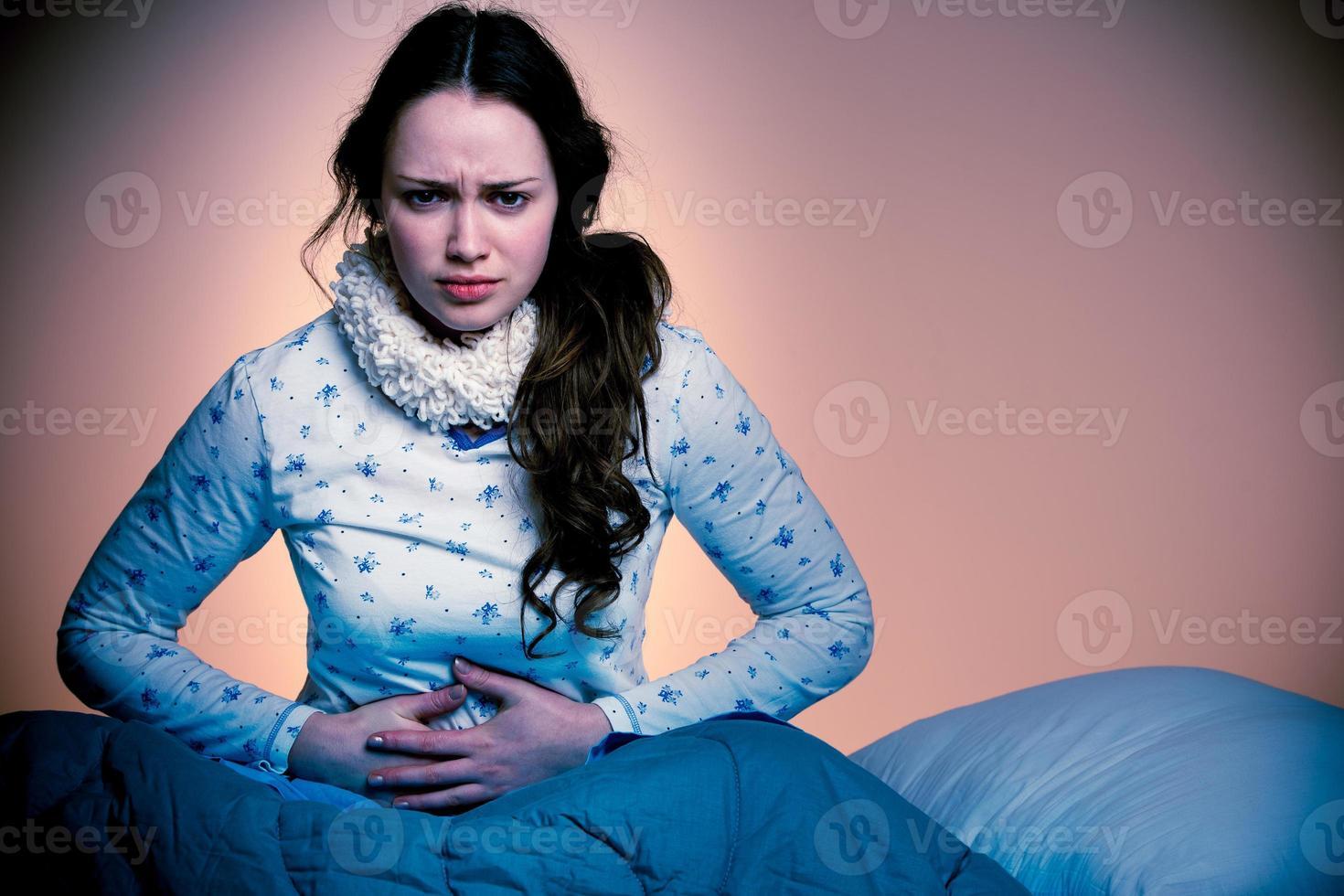 asiatische kaukasische Frau mit Schmerzen im Magen foto
