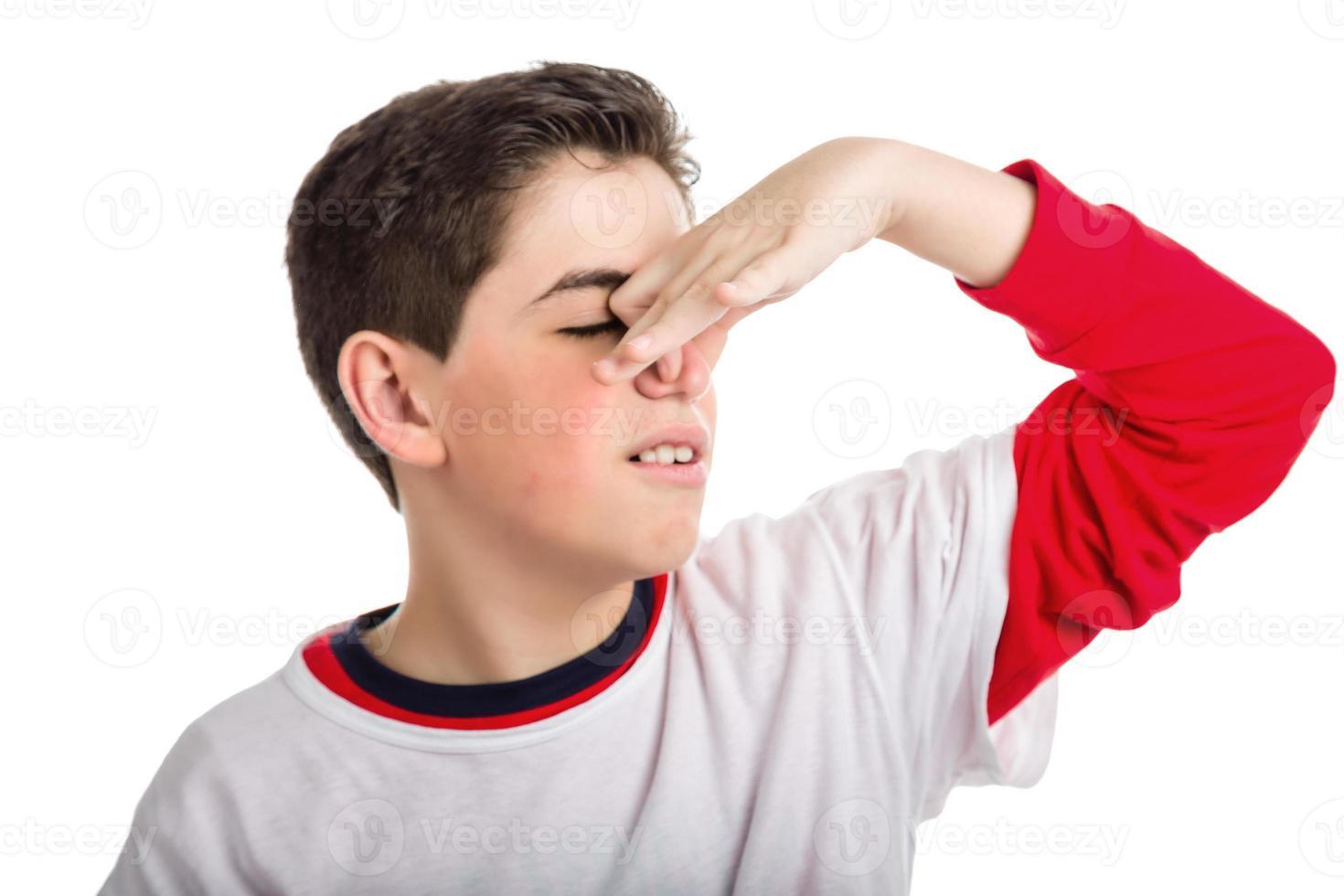 kaukasischer glatthäutiger Junge, der seine Nase verstopft foto
