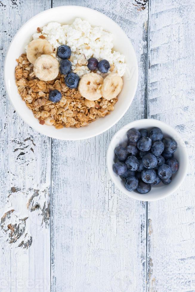 gesundes Frühstück mit Hüttenkäse, Müsli und frischem Obst foto