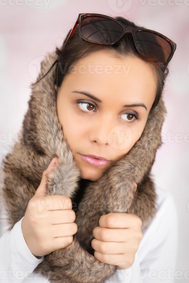 schöne kaukasische Frau, die eine Kunstpelzhaube hält foto