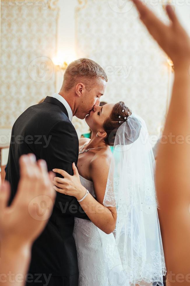 schönes kaukasisches Paar gerade verheiratet und tanzt ihren ersten Tanz foto