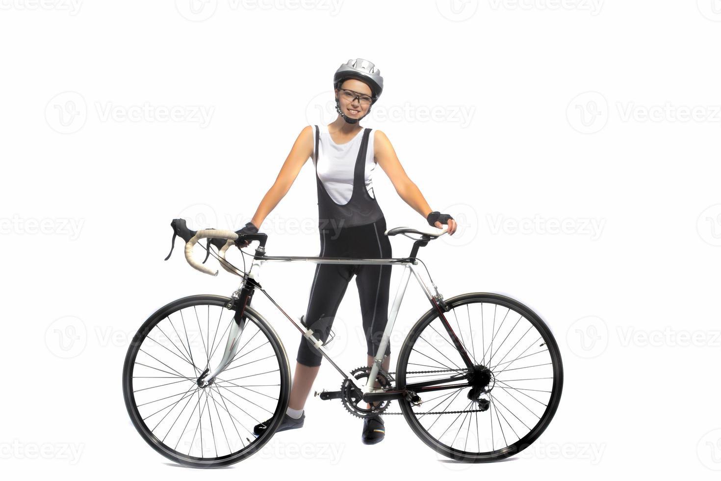 Porträt einer jungen kaukasischen Sportlerin, die professionell mit dem Fahrrad ausgestattet ist foto