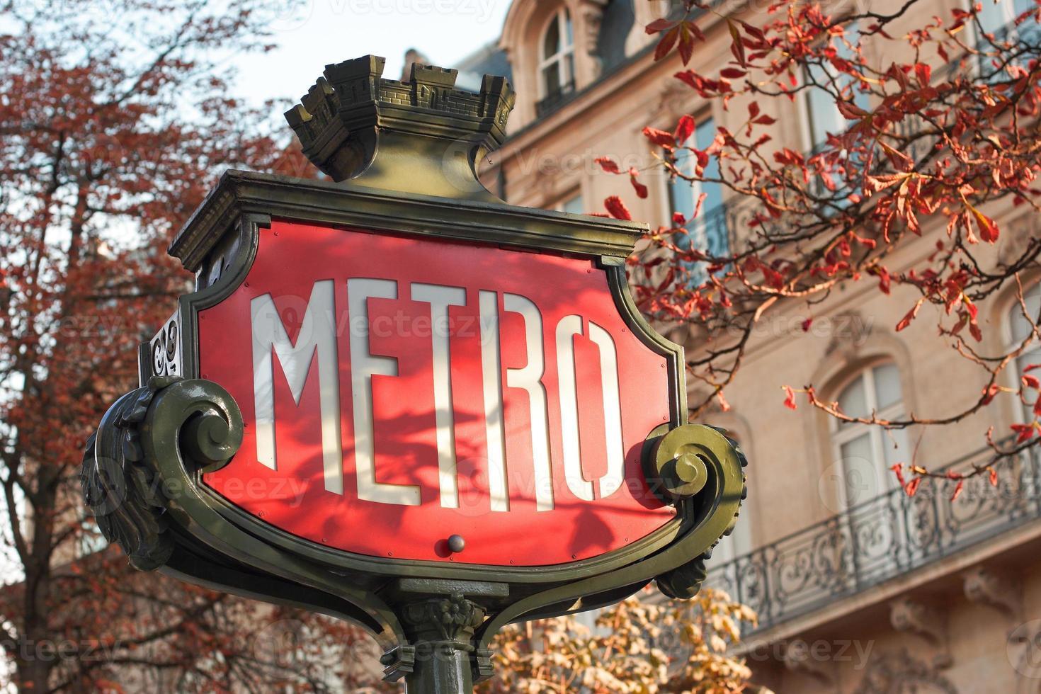 U-Bahn-Zeichen in Paris - horizontal, Nahaufnahme foto