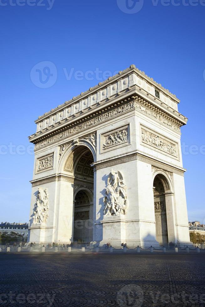 vertikale Ansicht des berühmten Arc de Triomphe foto