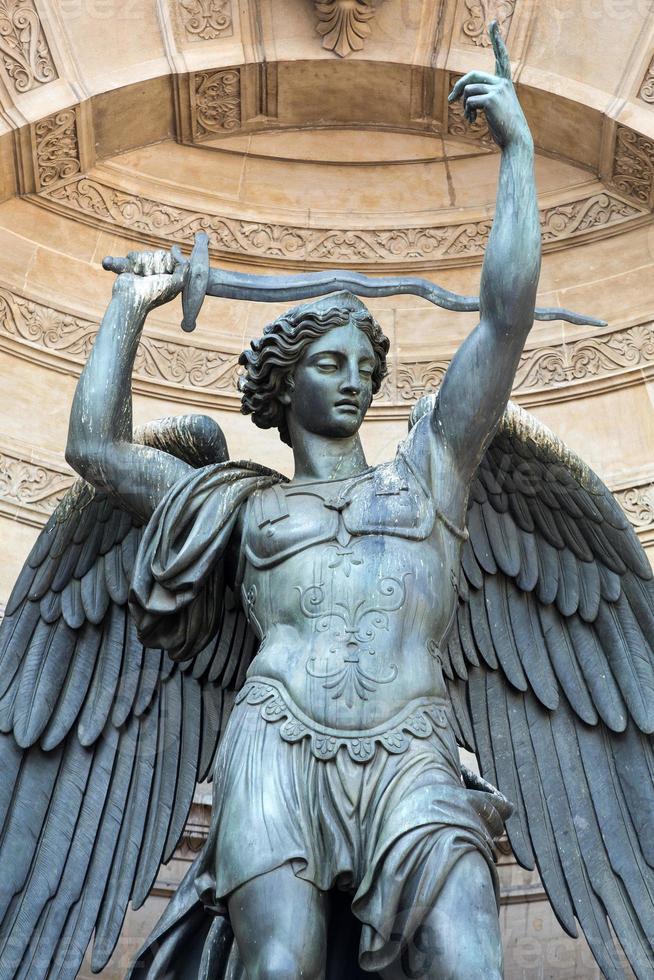Statuen des Brunnens Saint Michel in Paris foto