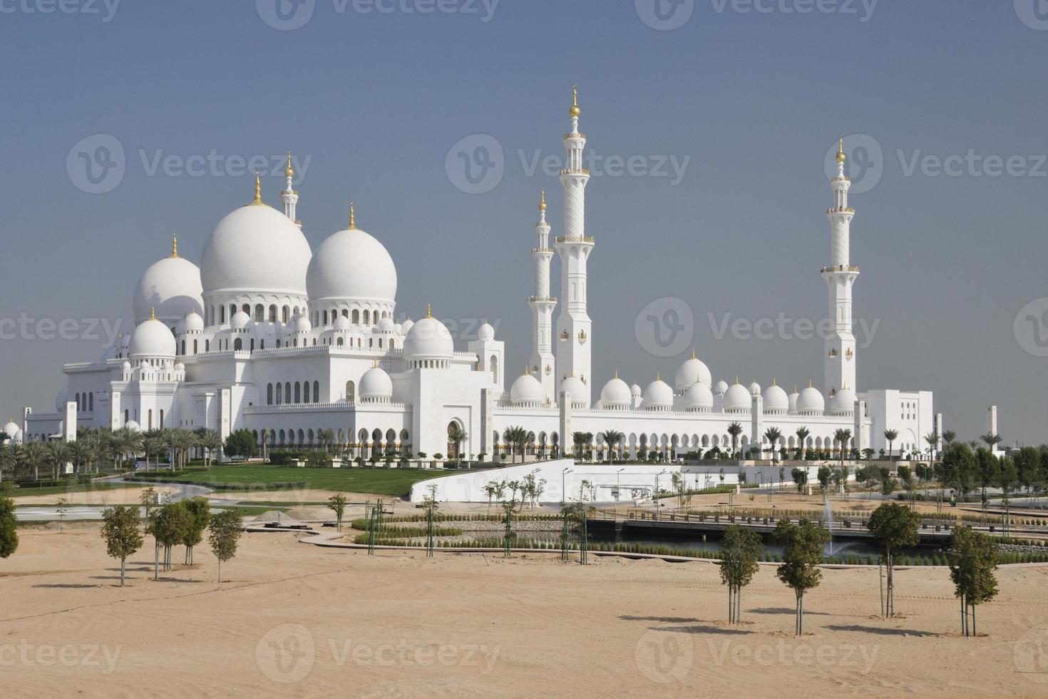 weiße scheich zayed moschee in abu dhabi foto