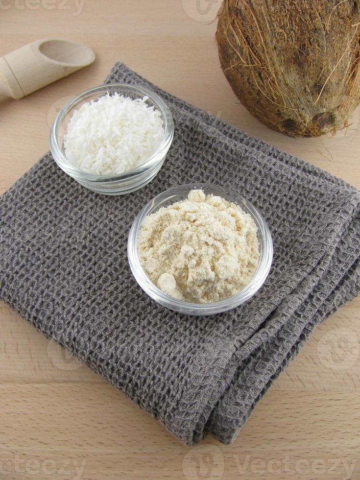 Kokosmehl und geriebene Kokosnuss foto