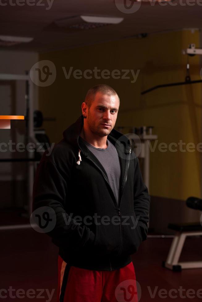 muskulöser junger kaukasischer gutaussehender Mann mit Kapuzenpulli foto