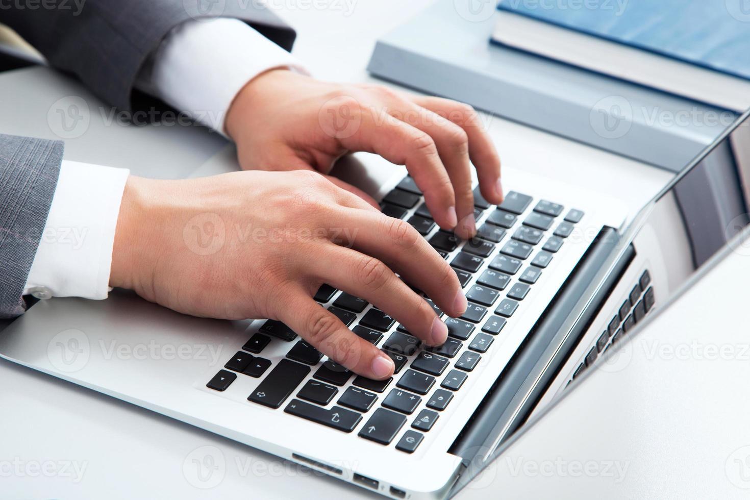 Nahaufnahmebild der Eingabe männlicher Hände foto