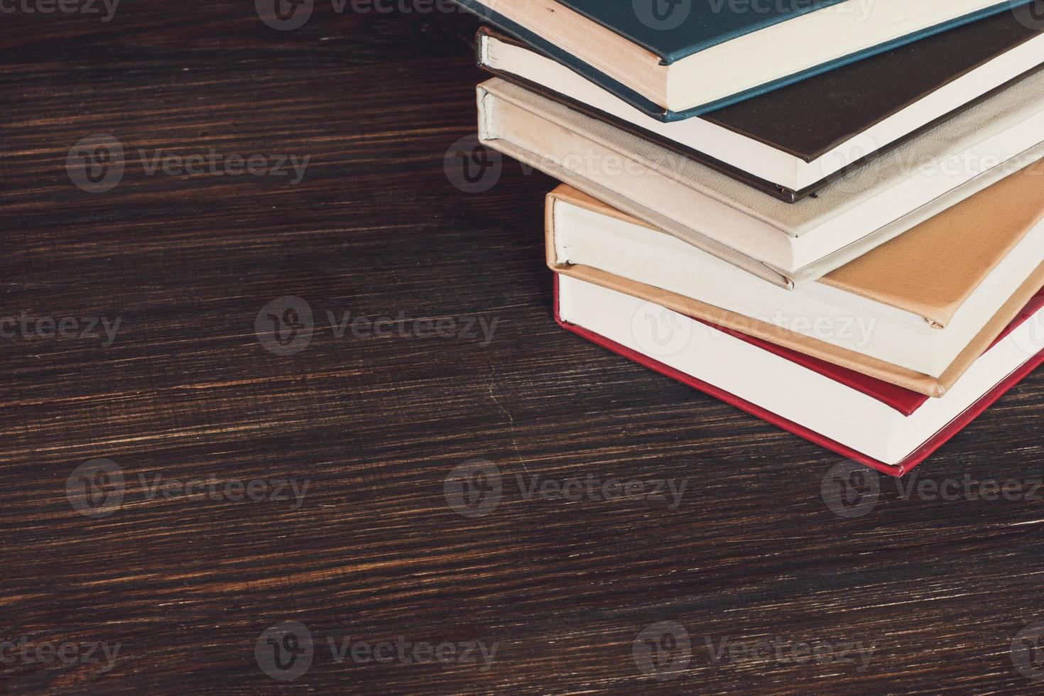 Bücher auf Holzschreibtisch. foto