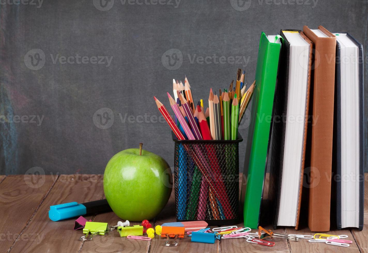 Schul- und Büromaterial und Apfel foto