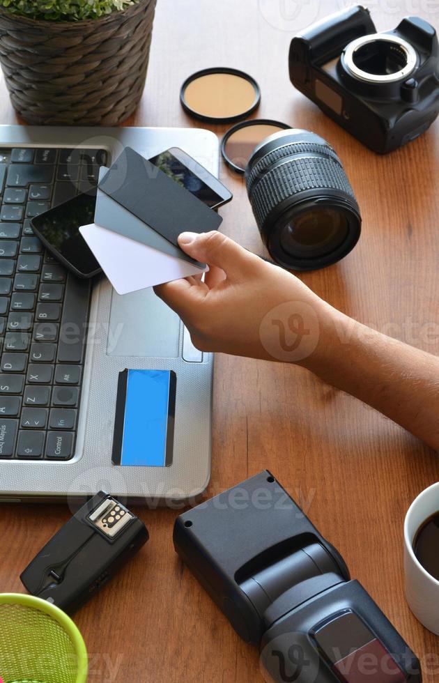 Desktop mit Fotoausrüstung foto