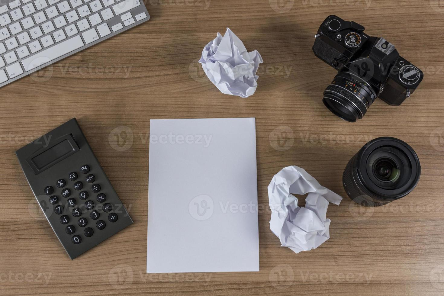 Desktop mit Kameratastatur und Taschenrechner foto