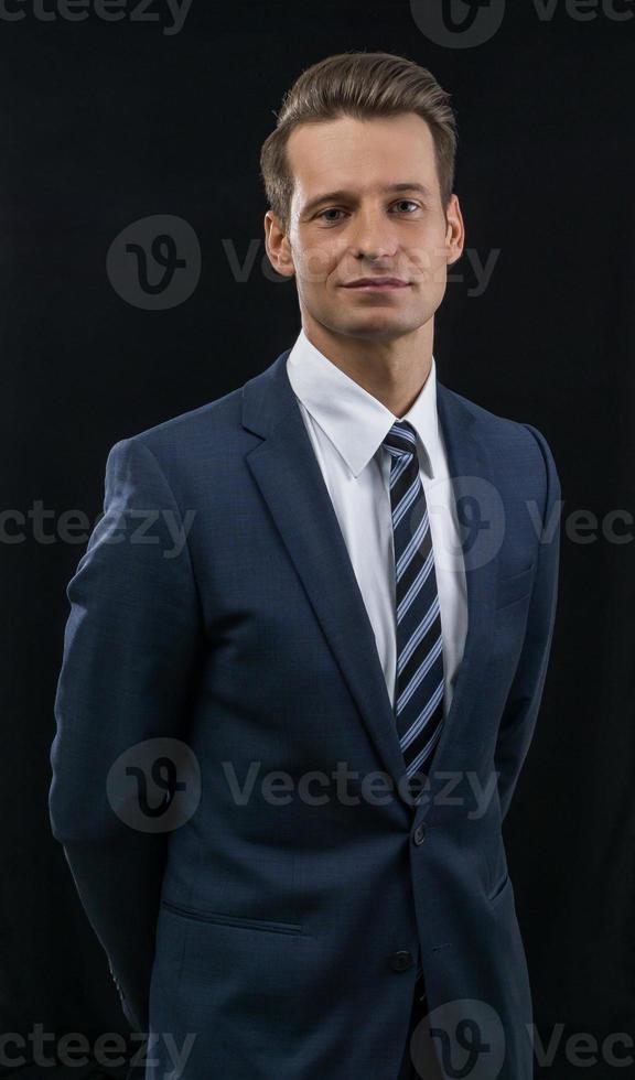 business-mann vor schwarzem hintergrund foto