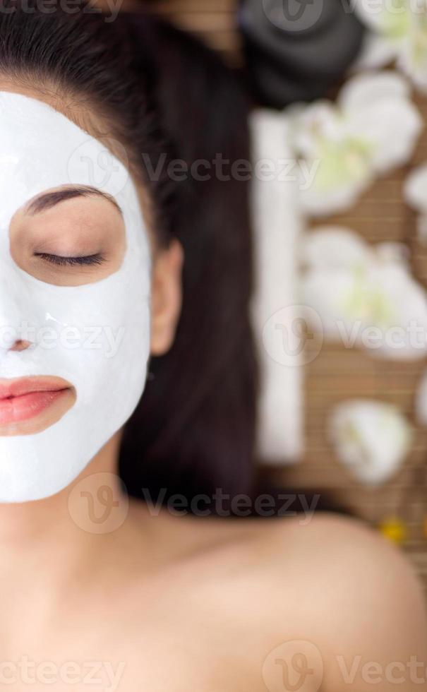 erwachsene Frau, die Schönheitsbehandlungen im Spa-Salon hat foto