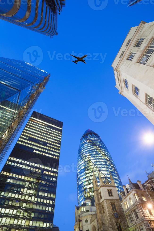Jet Flugzeug Silhouette mit Geschäftsbüro Gebäude Türme Hintergrund foto