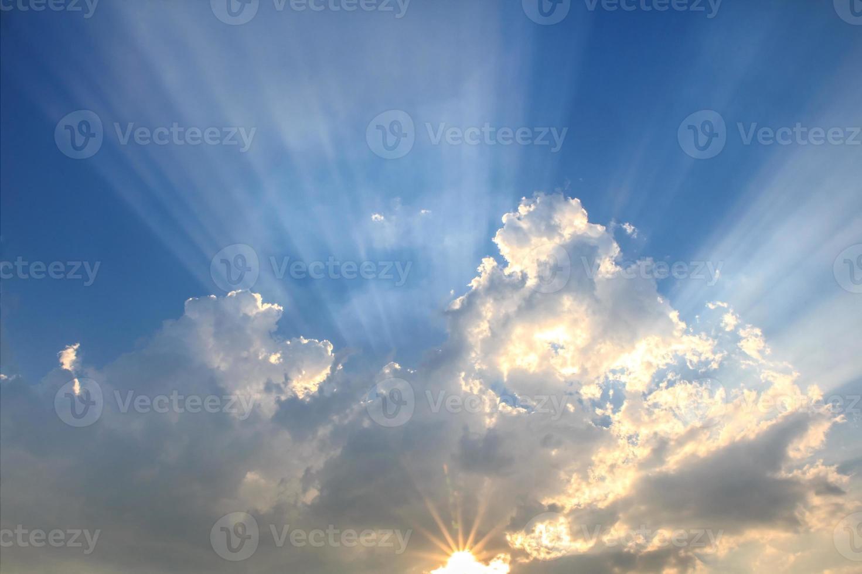 Lichtstrahl und die Wolken foto