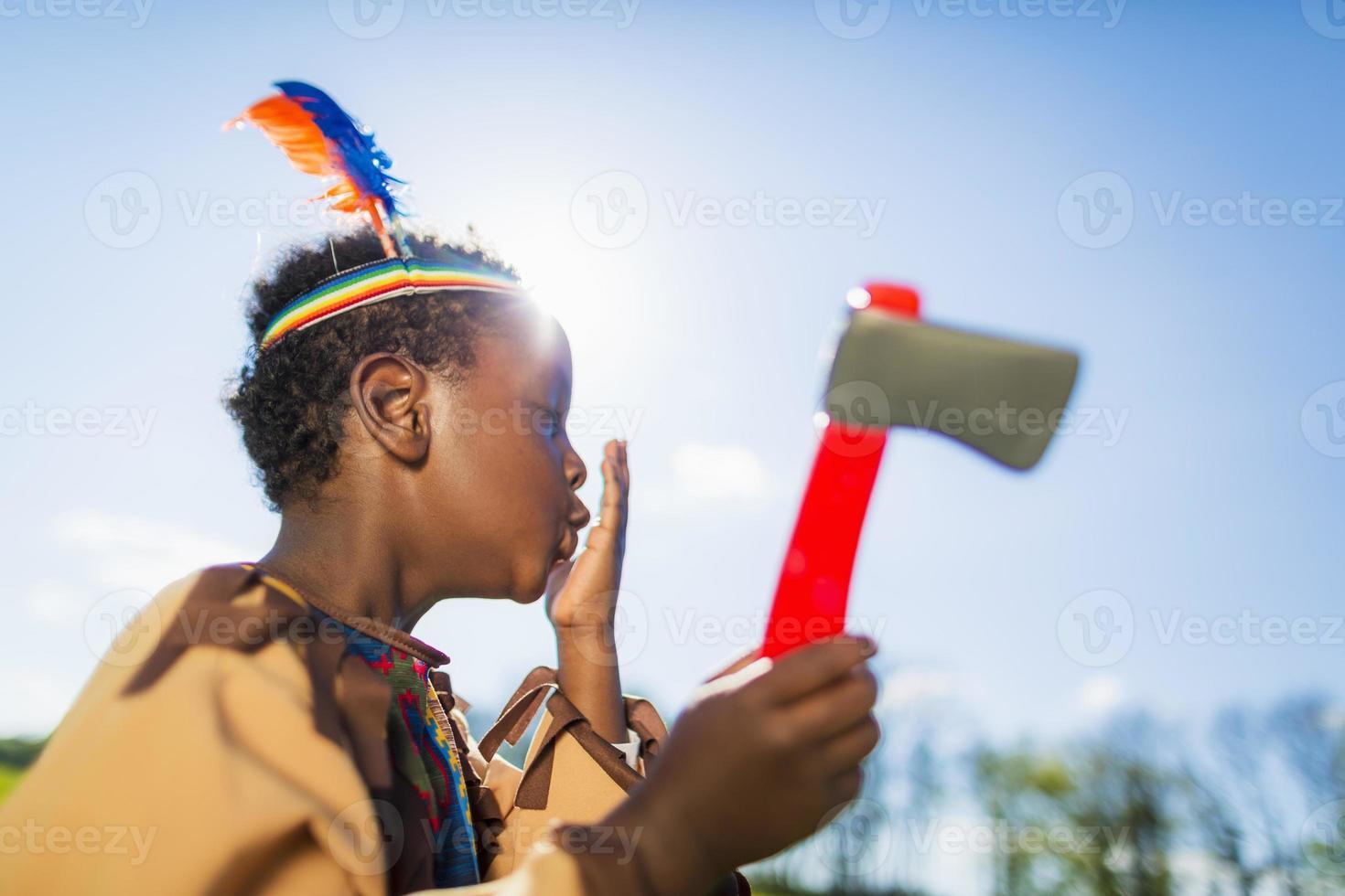 Junge spielt im Freien verkleiden foto